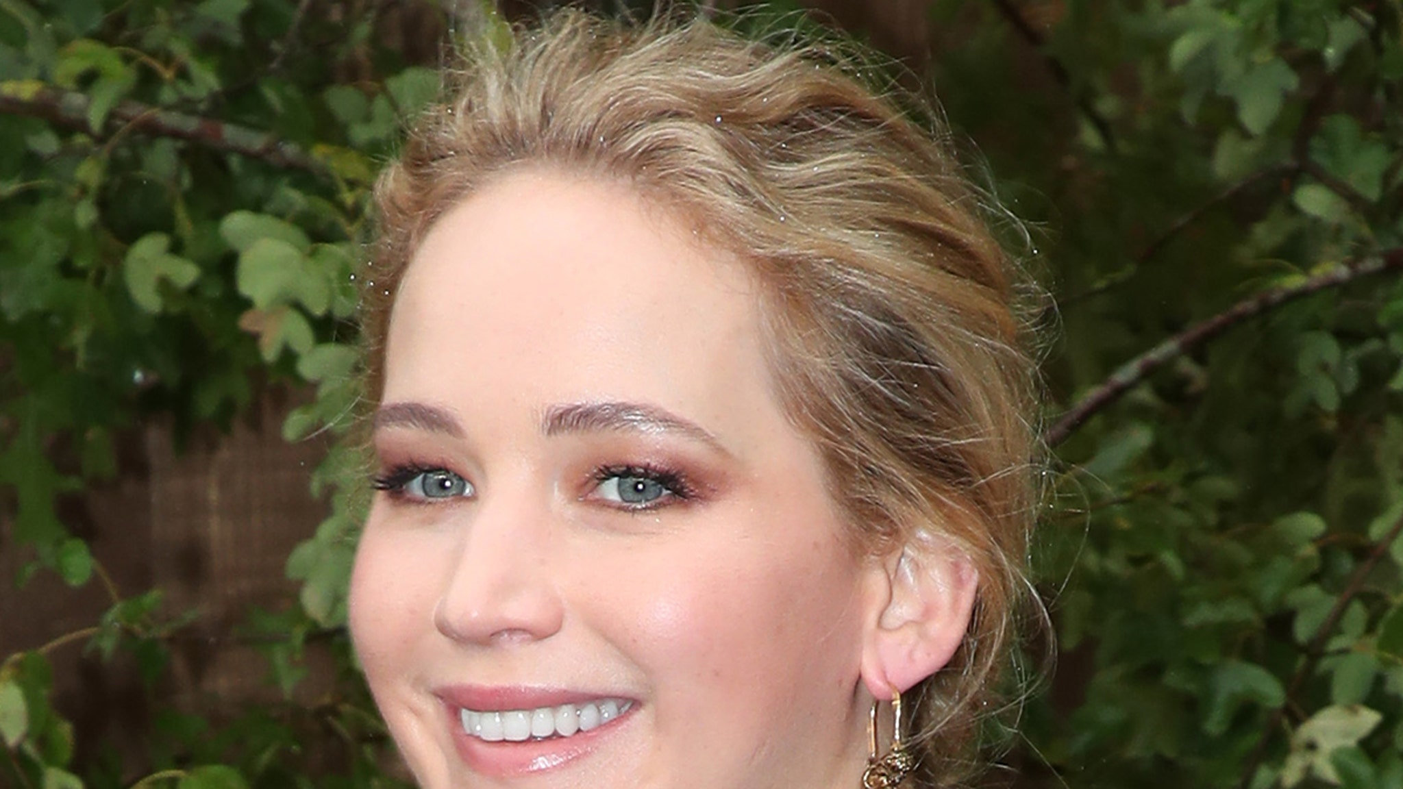 Jennifer Lawrence is Pregnant, Expecting First Baby with Husband Cooke Maroney thumbnail