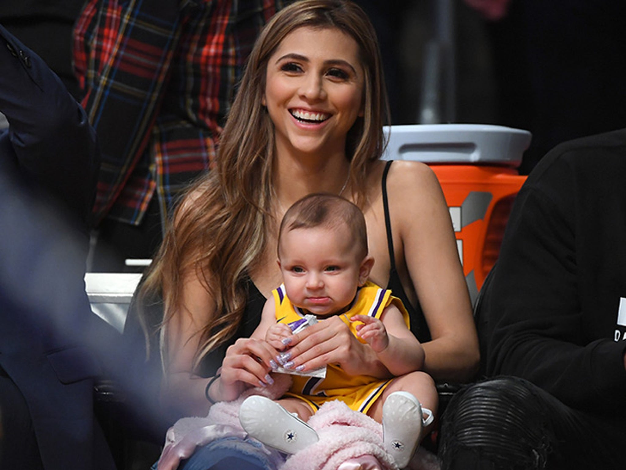 Lonzo Ball S Baby Mama Denise Garcia Brings Baby To Lakers Game Daddy Balls Out