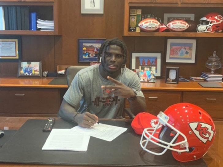 new arrival 50750 32cc8 Tyreek Hill Signs $54 MILLION Extension With Chiefs After ...
