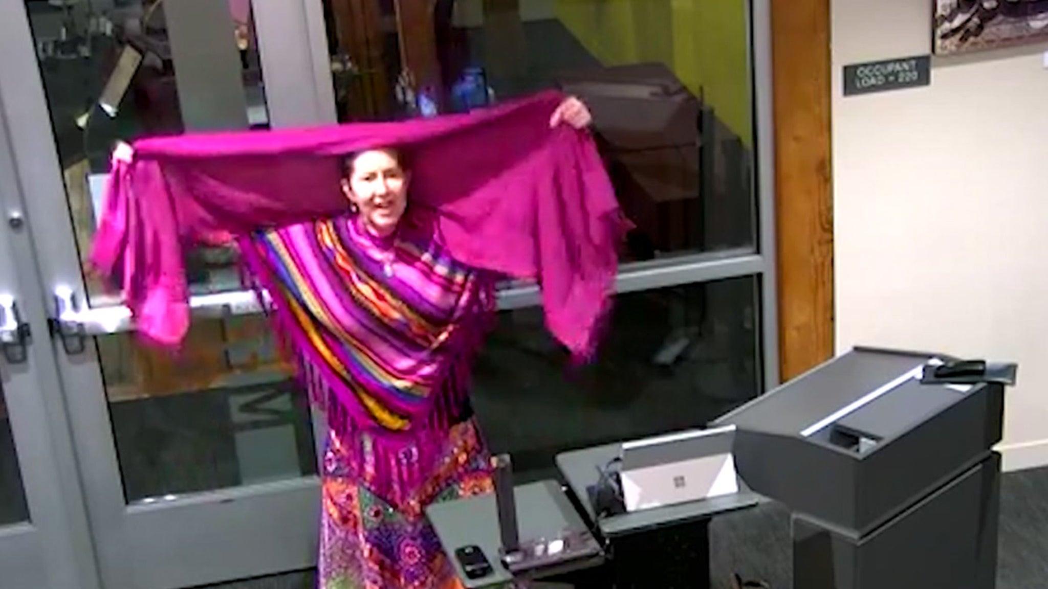 Женщина из Айдахо говорит, что она одевается в «мусульманскую» одежду, чтобы не носить маску