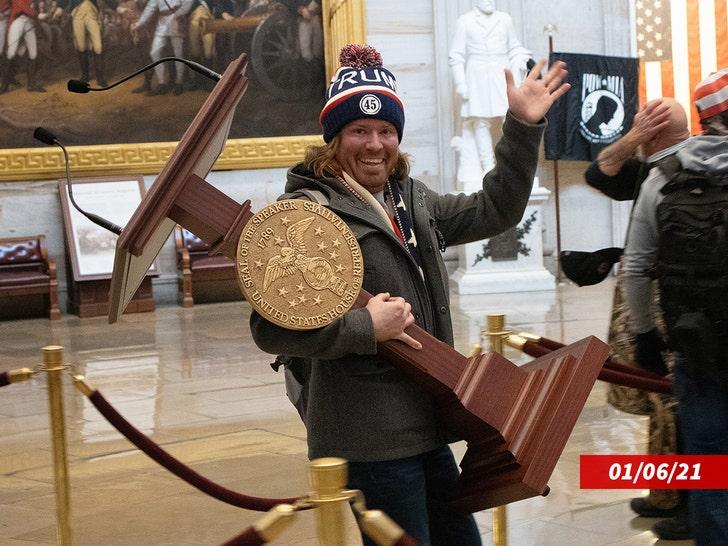 Лектерн Нэнси Пелоси, снятый бунтовщиком, возвращается в Капитолий