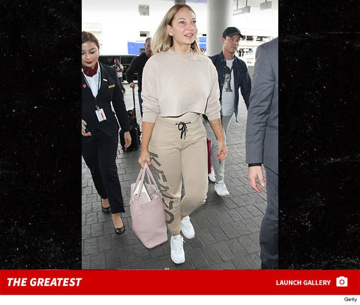 Sia is Showing Off These Days ... Her Face!!!