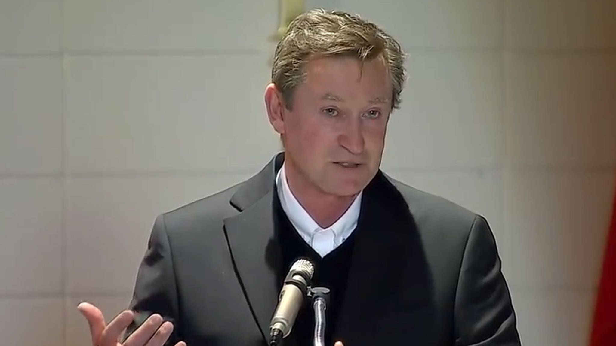 Wayne Gretzky Chokes Up at His Father's Funeral ... Delivers Emotional Eulogy