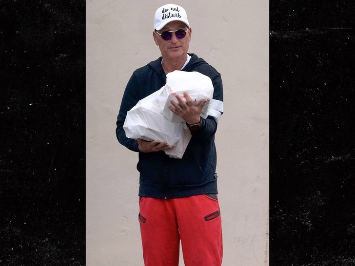 Howie Mandel Ventures Out with 'Do Not Disturb' Hat During Coronavirus Pandemic - EpicNews