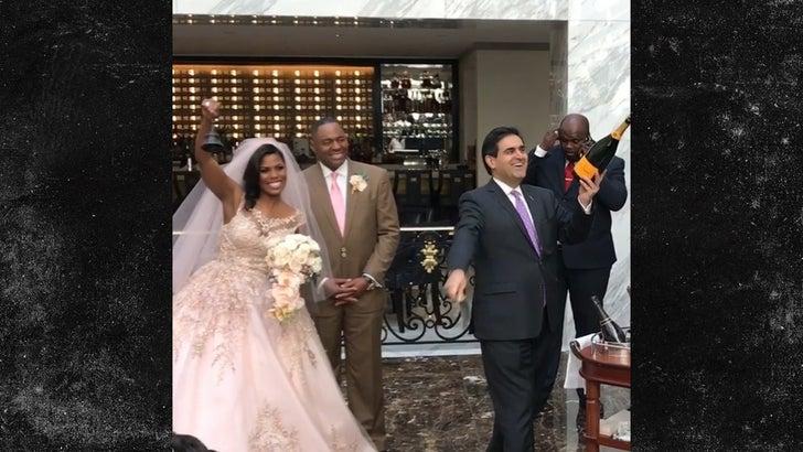 Omarosa Wedding Dress.Omarosa Marries Pastor John Allen Newman At Trump D C Hotel