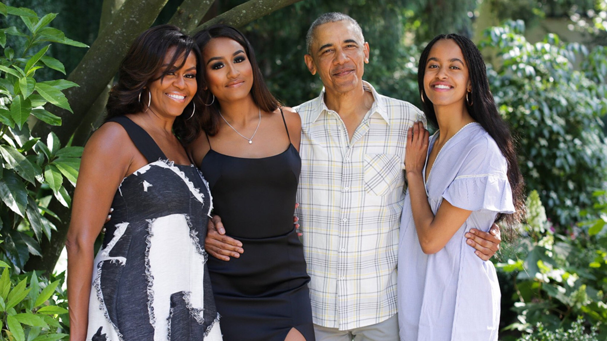 <b>Obamas Wish Everyone a Happy Thanksgiving With Adorable Family Pic</b>