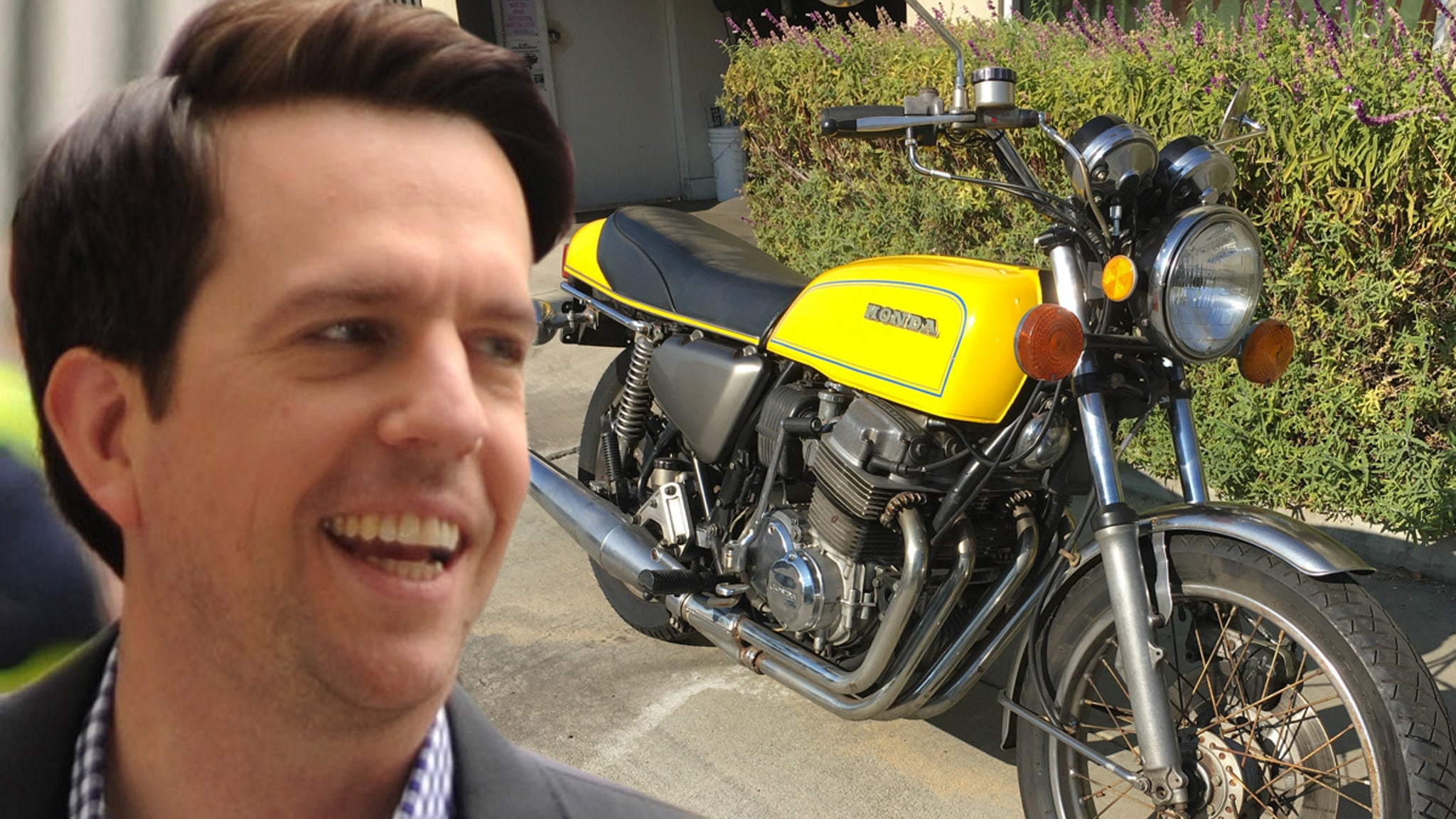 Эд Хелмс разгружает мотоцикл Honda, на котором он ехал на пробы