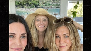 'Friends' Courteney Cox, Jen Aniston, Lisa Kudrow Spend 4th of July Together