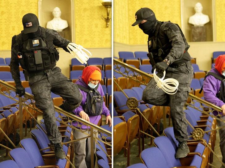 бунтовщик с гибкими наручниками в руке