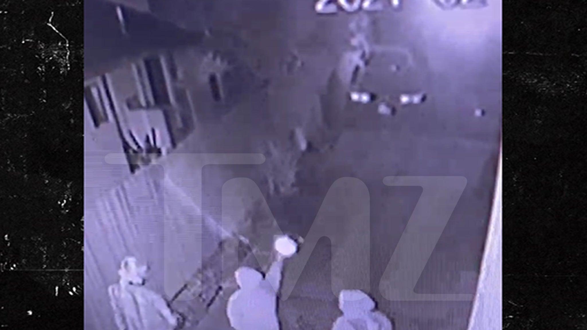 Видео наблюдения показывает, как мужчины открывают огонь в доме Лэйни Киз в Лос-Анджелесе