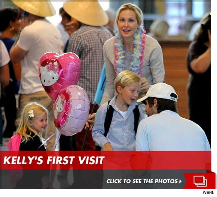 Kelly Rutherford Visits Her Children