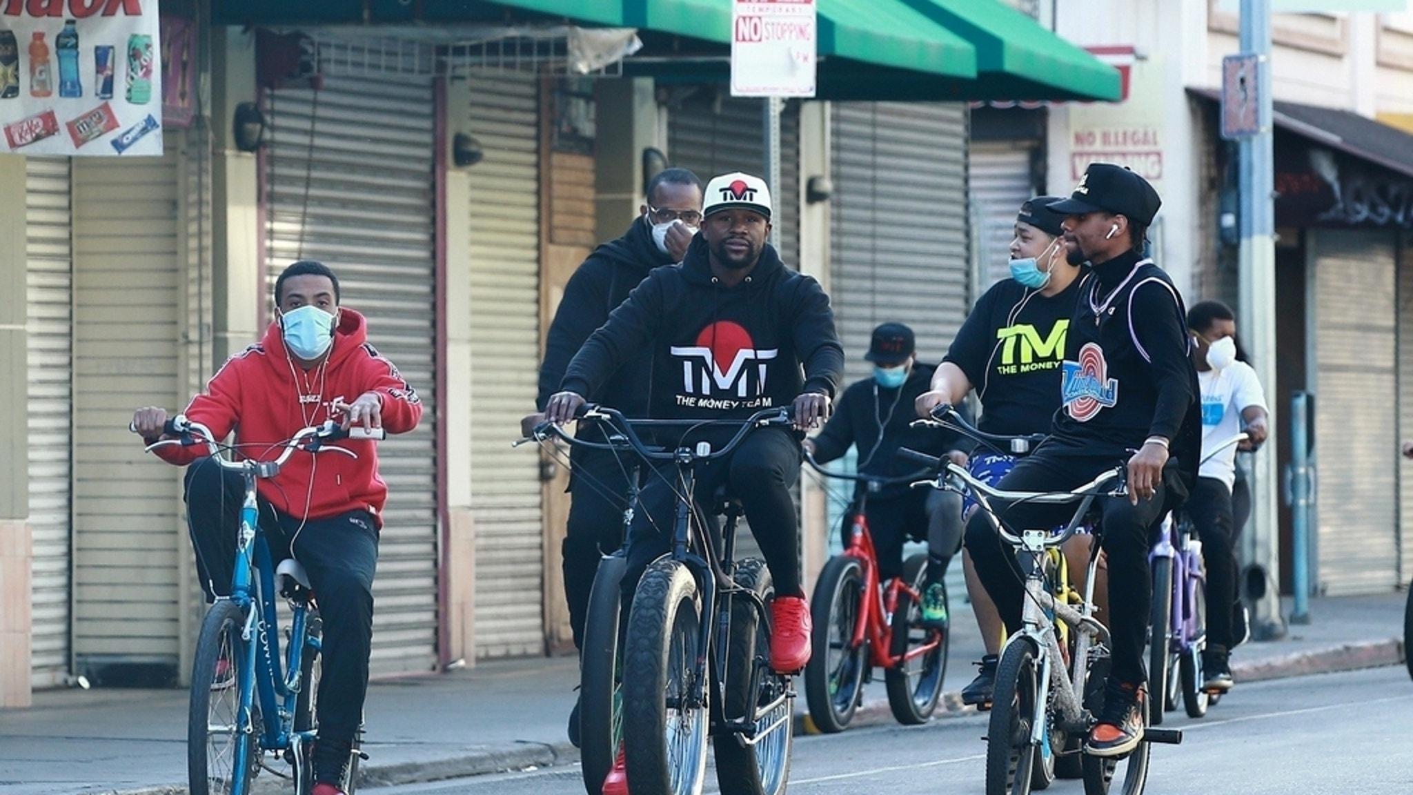 Floyd Mayweather Bikes Through L.A. W/ Huge Entourage, Social Distancing Foul? - EpicNews