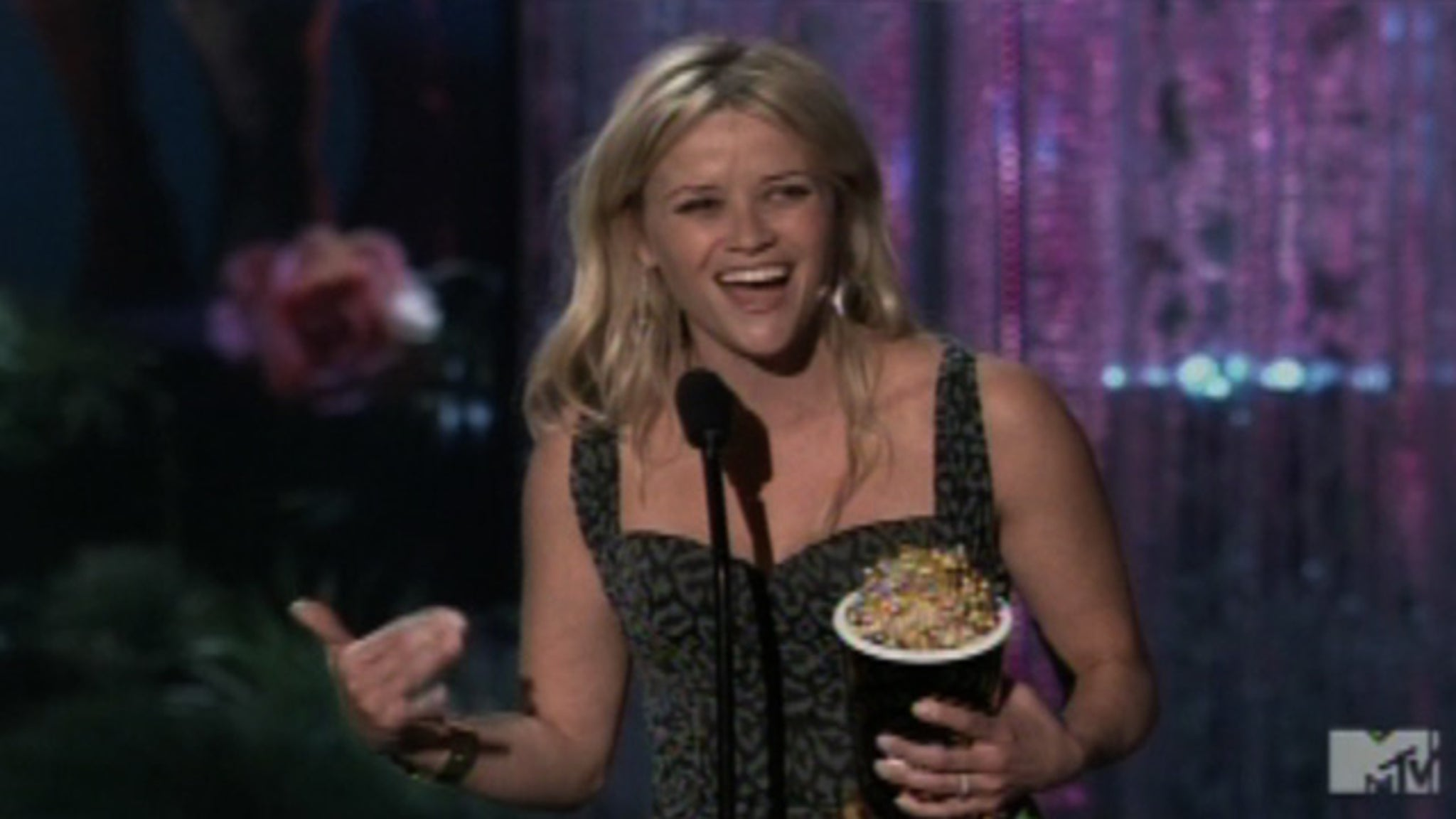 [VIDEO] MTV Movie Awards -- Reese Witherspoon ATTACKS