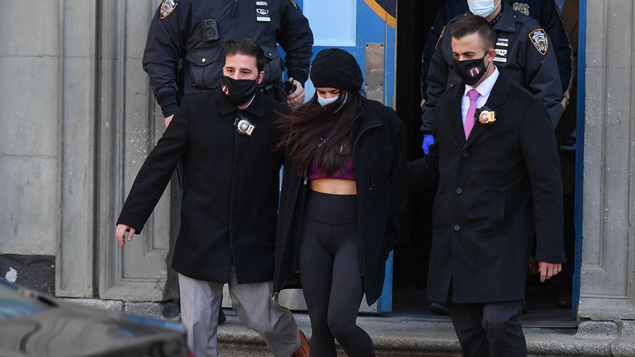 Мия Понсетто подала в суд за согласование в Нью-Йорке, скованные ногами