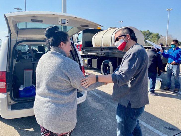 Тед Круз опубликовал фотографии, на которых доставляет воду техасцам