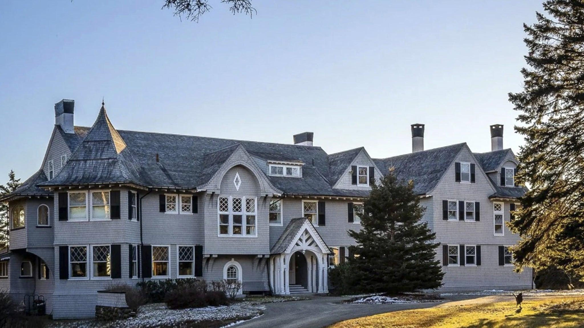 Джон Траволта выставляет на продажу особняк в штате Мэн с 20 спальнями за 5 миллионов долларов