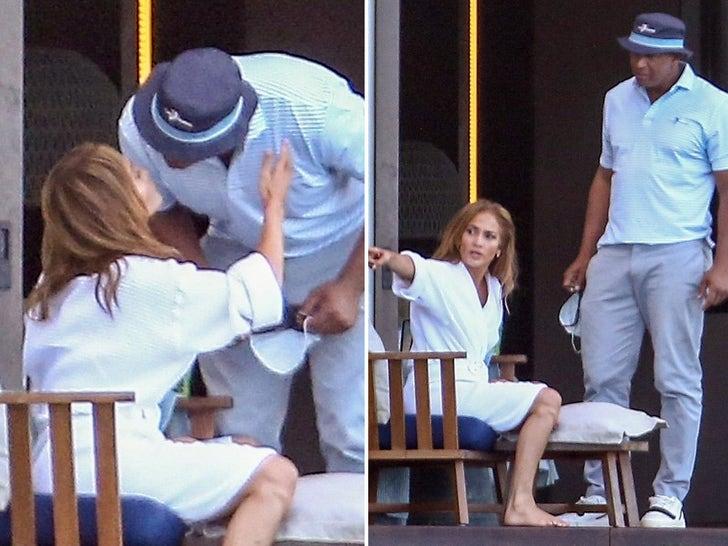 Jennifer Lopez and Alex Rodriguez Spotted Kissing