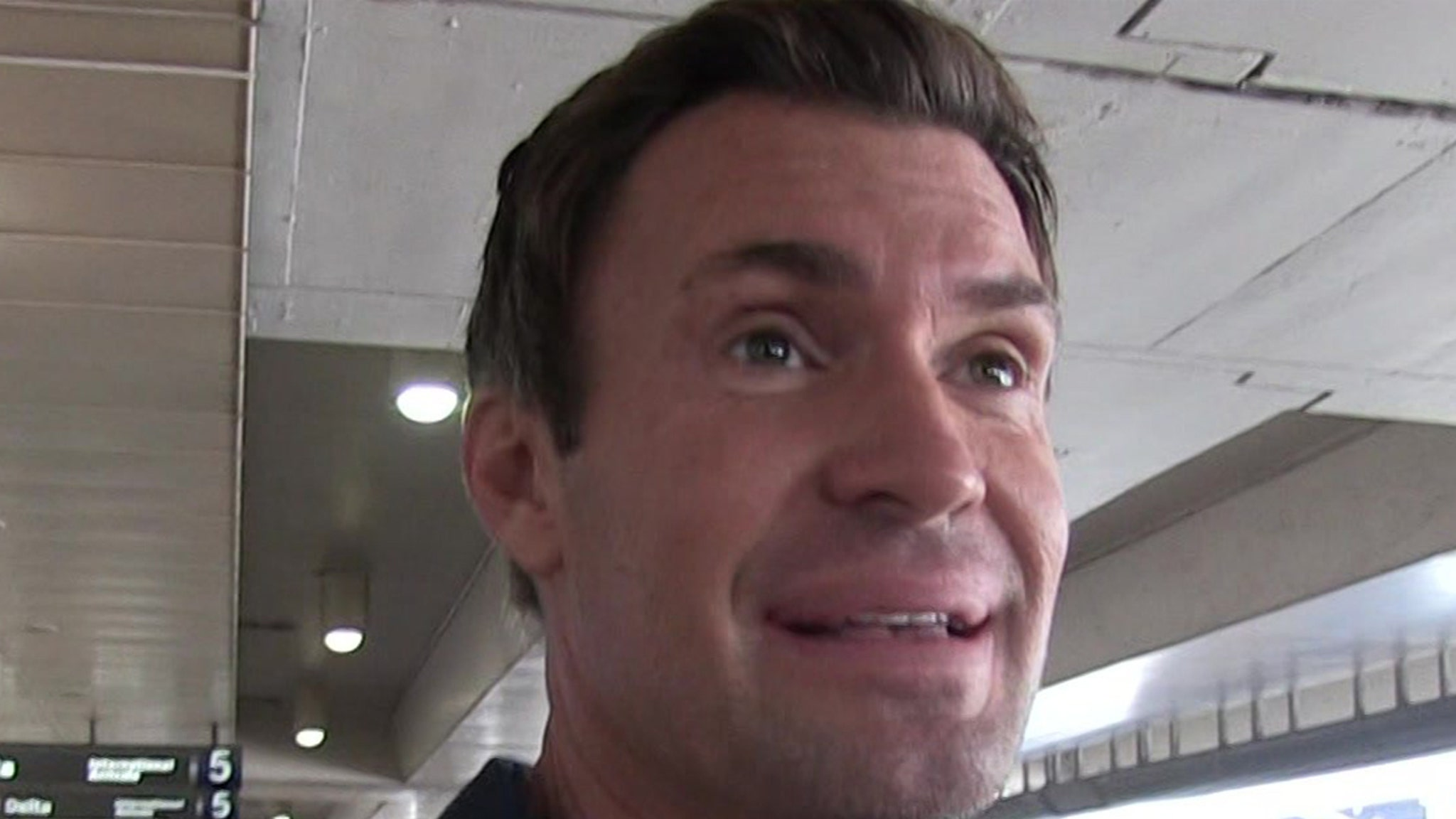 'Flipping Out' Star Jeff Lewis Says Eyelid Surgery Recovery is Going Well thumbnail