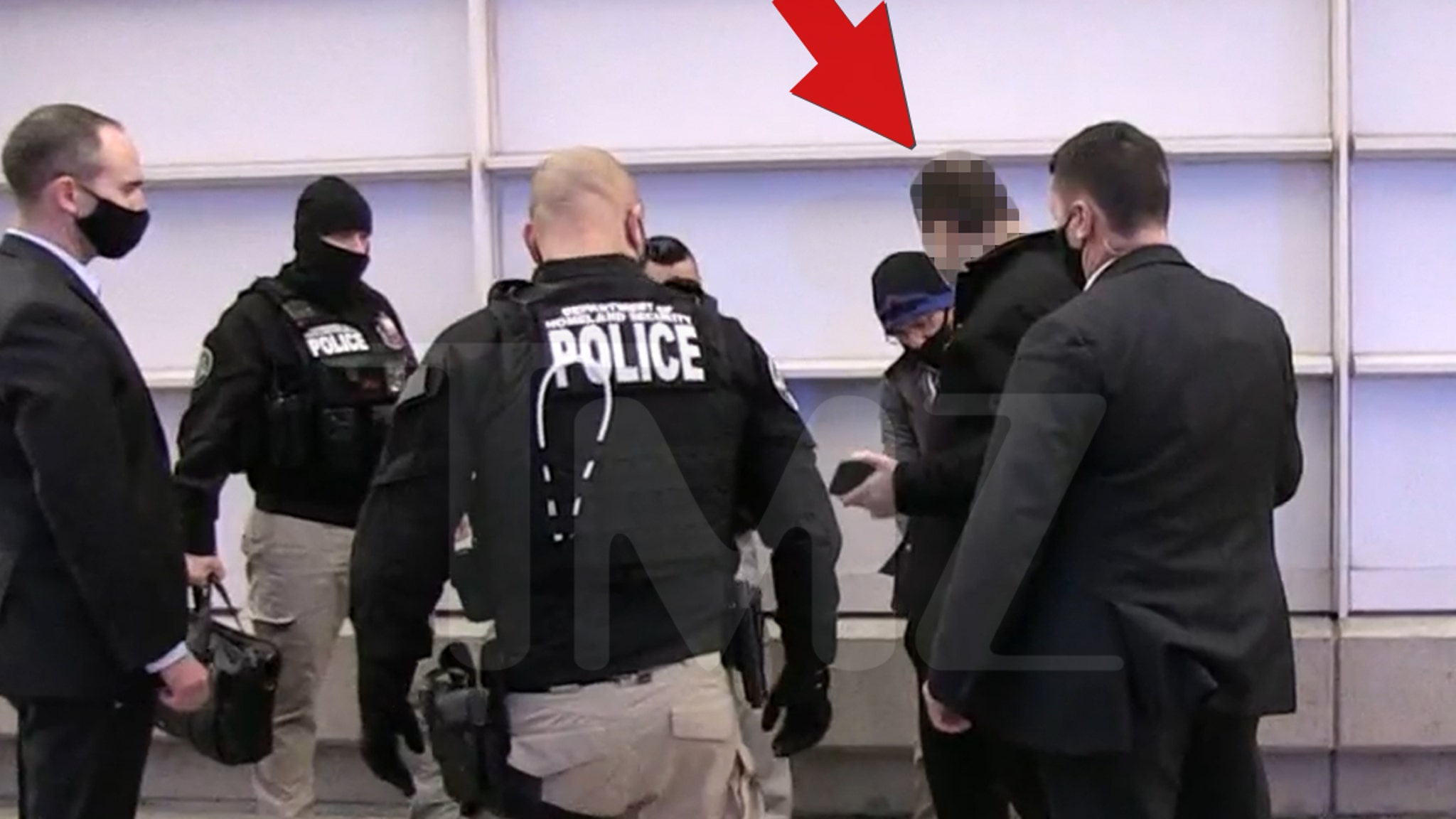 Копы округа Колумбия обыскивают аэропорт в поисках подозреваемых в бунте Капитолия